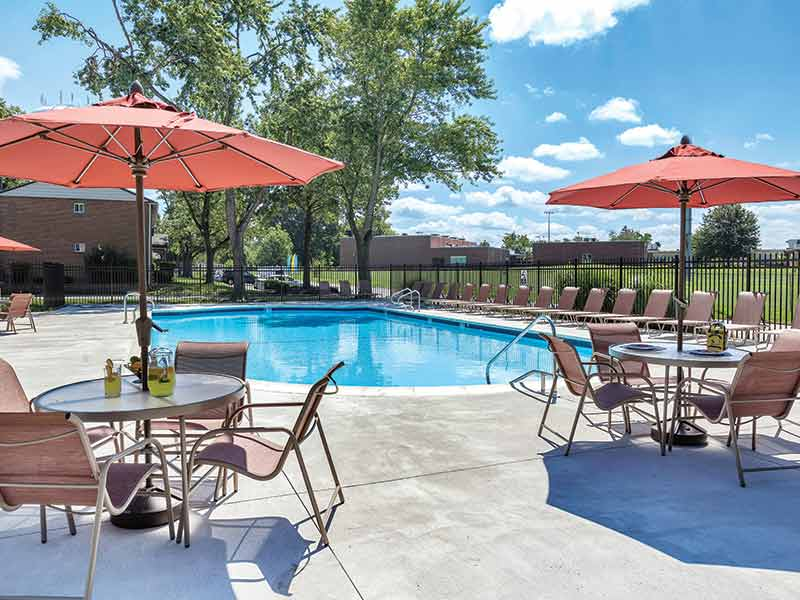 Swimming pool and sun deck at Fox Pointe Apartments