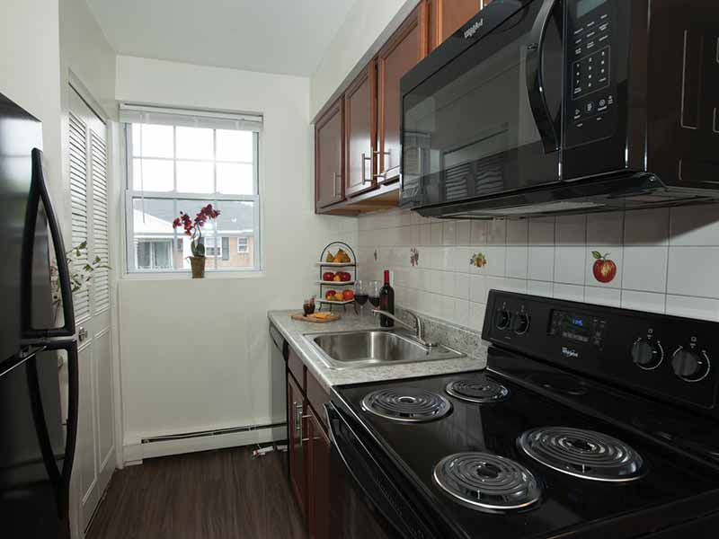 Lehigh Square apartment with updated kitchen and modern appliances