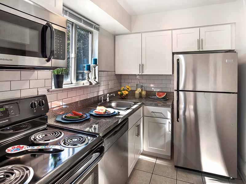 Overlook At Flanders apartment kitchen with granite countertops and stainless steel appliances